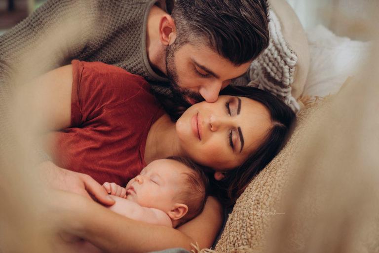Babybelly-natural-bilder-voller-liebe-neugeboren-familien-fotoshooting-neugeborenen-fotografie-bestes-fotostudio-berlin
