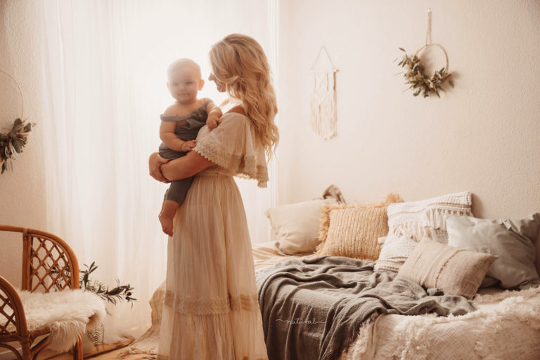 babybelly-natural-romatische-mutter-kind-bilder-mit-kleidern-für-mamas-bester-fotograf-berlin